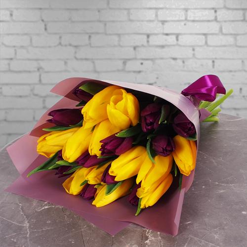 Фото №1: Букет желтых и фиолетовых тюльпанов