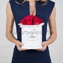 Фото №1: Коробка Mini White с розами цвета фуксия